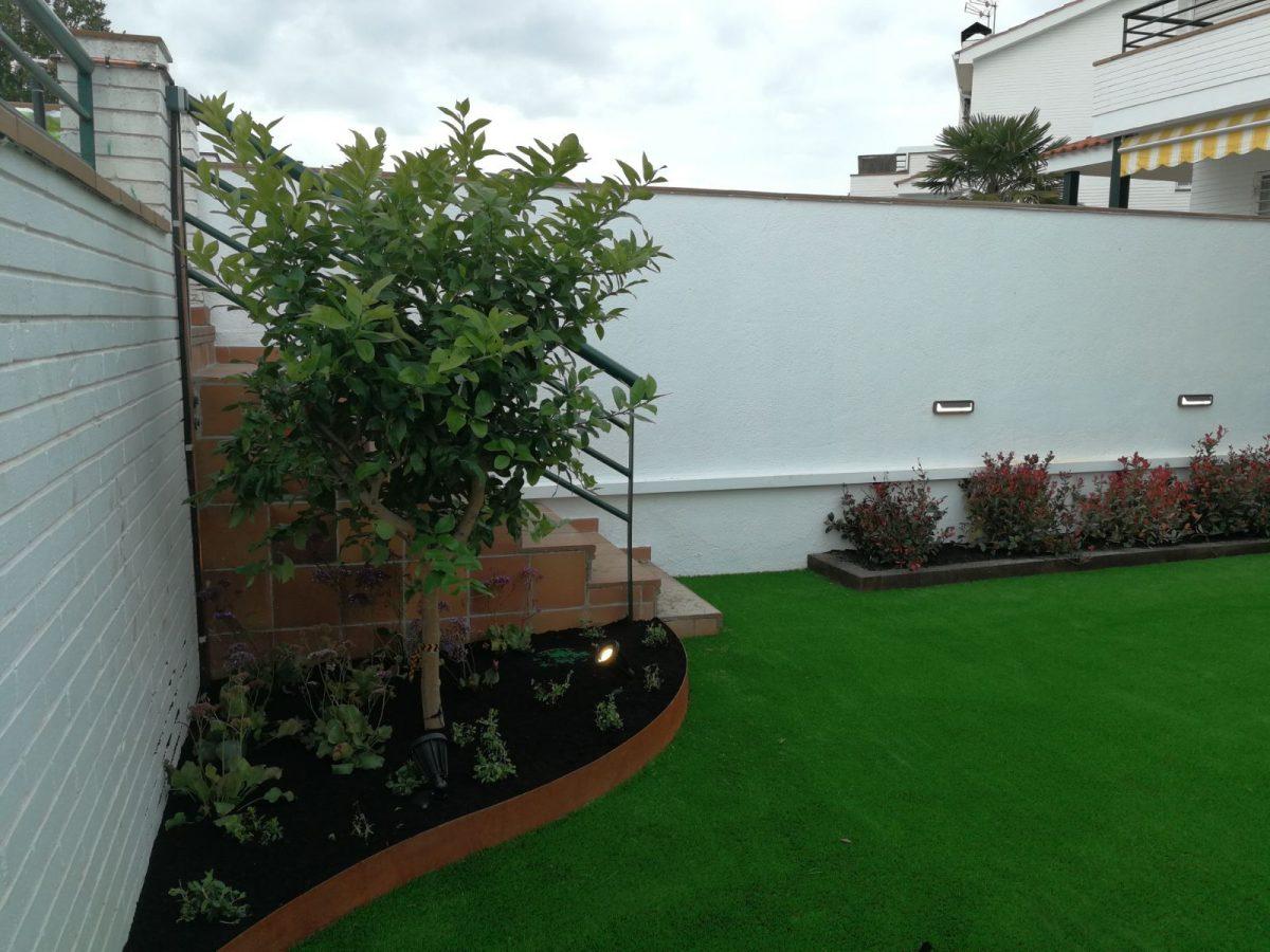 Jardines con piscina qu c sped artificial es el mejor - Cesped artificial economico ...